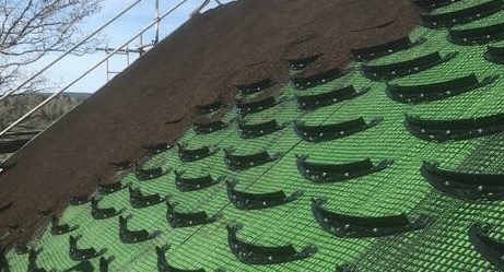 Наклонен зелен покрив с мрежа